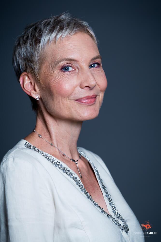 Portrait studio belle femme mature